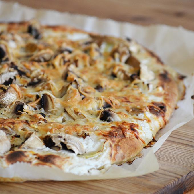 Tejfölös-borókás-gombás pizza/Fotó: Myreille