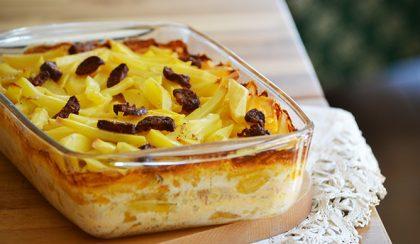 Zseniális rakott krumpli (csípős) kolbásszal és tejszínnel