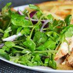 Gyömbéres zöldborsócsíra saláta lila hagymával és szárzellerrel