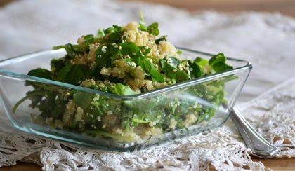 Quinoa saláta zöldborsócsírával, bazsalikommal és pirított szezámmaggal