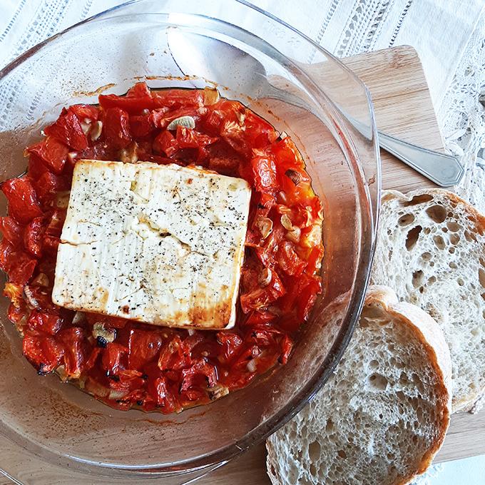 Arrabiata szószban sült feta ropogós kenyérhez
