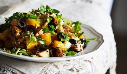 Quinoa saláta naranccsal és fekete olívabogyóval